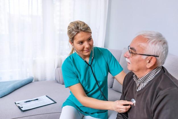 Przyjemny starszy mężczyzna ma badanie lekarskie
