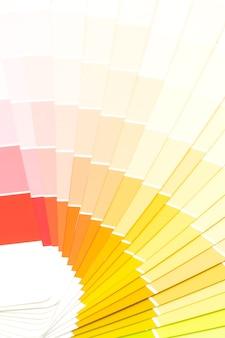 Przykładowy katalog kolorów pantone lub książka próbek kolorów