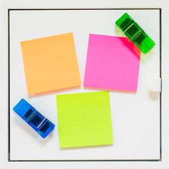 Przyklejone notatki i nawiasy