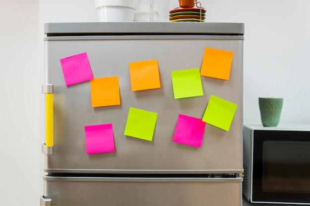 Przyklejone notatki na lodówce