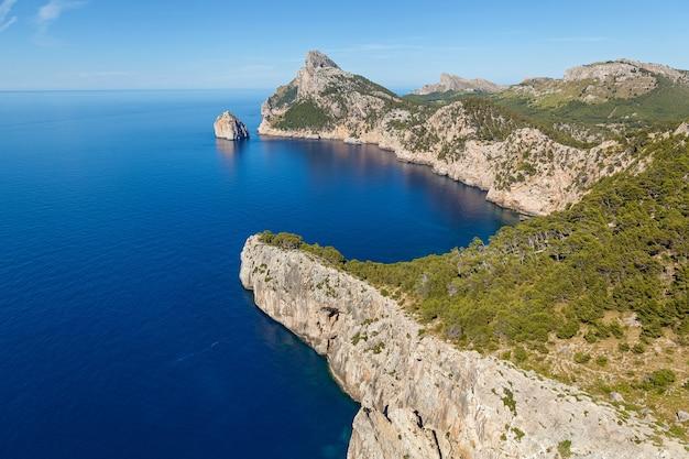 Przylądek formentor na północy mallorki jedna z najpiękniejszych wysp hiszpanii widok na vas