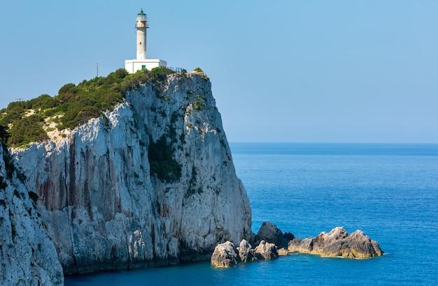 Przylądek południowy wyspy lefkas i latarnia morska (lefkada, grecja, morze jońskie). widok z góry.