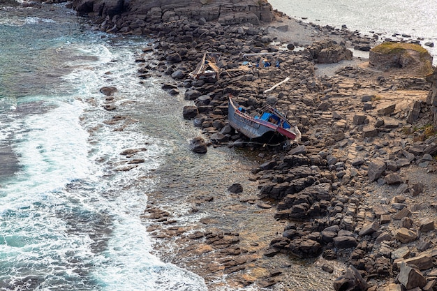 Przylądek tobizin we władywostoku z wrakiem trawlerów północnokoreańskich na skałach