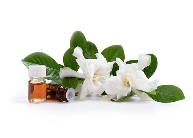 Przylądkowe kwiaty jaśminu i perfumy na białym tle.