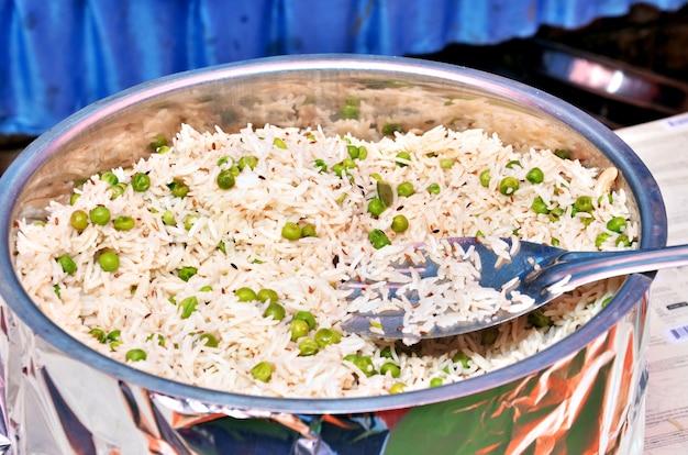 Przyozdobiony ryż z groszkiem na danie na weselu w formie bufetu