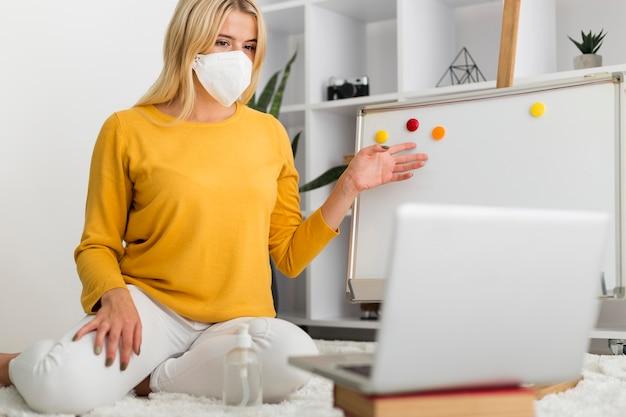 Przypadkowa dorosła kobieta pracująca w domu