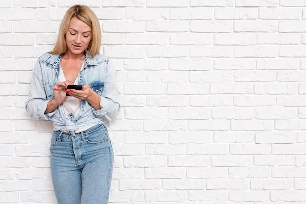 Przypadkowa dziewczyna w drelichu z telefonem