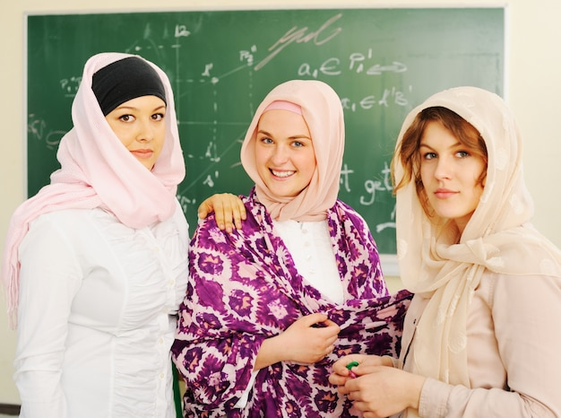 Przypadkowa grupa studentów patrząc szczęśliwy i uśmiechnięty
