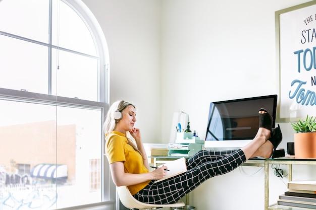 Przypadkowa kobieta w biurze ze słuchawkami