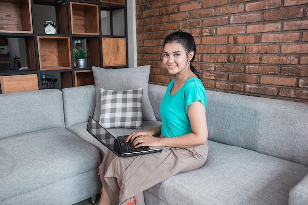 Przypadkowa kobieta z laptopem