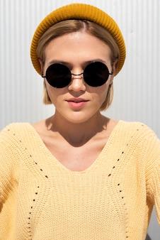 Przypadkowa kobieta z okularami przeciwsłonecznymi