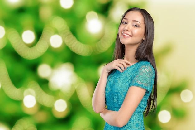 Przypadkowa mieszanej rasy azjatycka kaukaska kobieta ono uśmiecha się patrzejący szczęśliwy