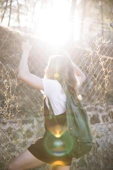Przypadkowa nastoletnia dziewczyna wspina się na łańcuszkowym połączeniu