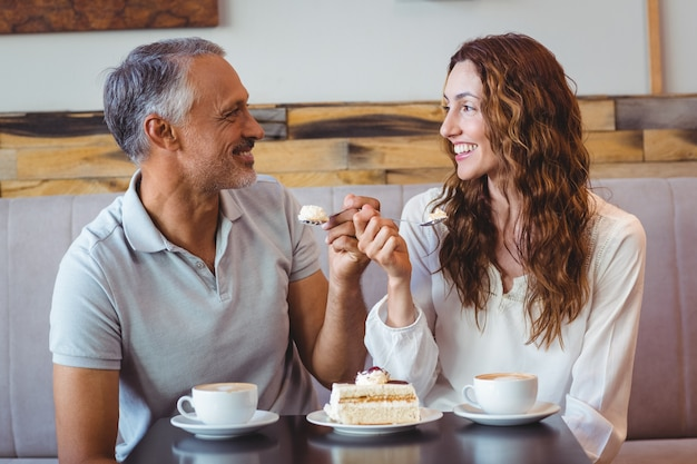 Przypadkowa para ma kawę i tort wpólnie
