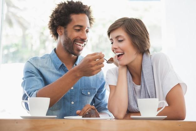 Przypadkowa para ma kawę wpólnie