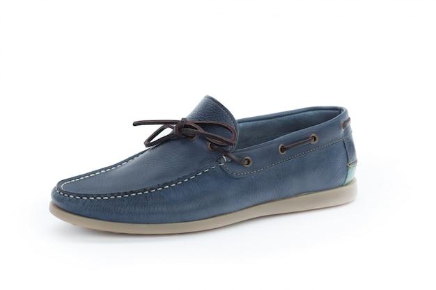 Przypadkowi męscy rzemienni buty odizolowywający na białym tle