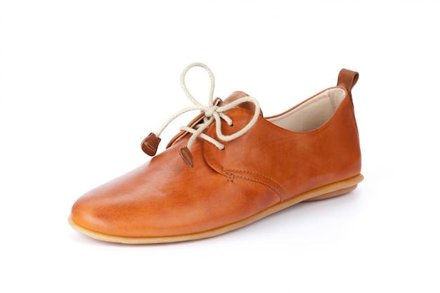 Przypadkowi męscy rzemienni buty odizolowywający na bielu