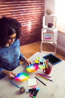 Przypadkowy bizneswoman trzyma koloru koło