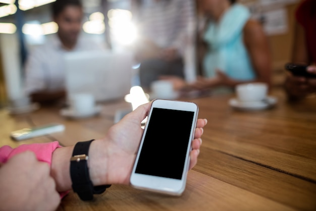 Przypadkowy bizneswomanu mienia smartphone
