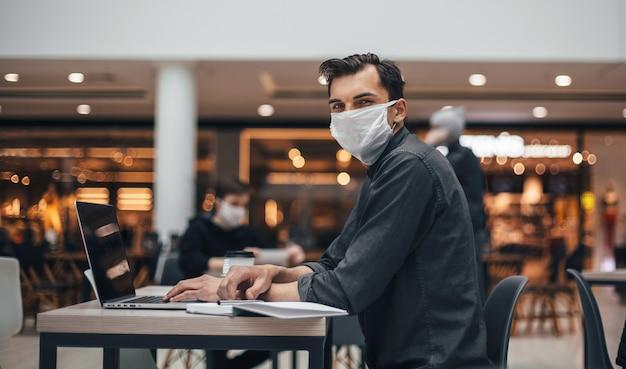 Przypadkowy gość siedzący przy stole w strefie gastronomicznej. zdjęcie z miejscem na kopię