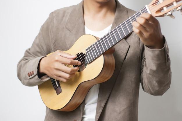 Przypadkowy mężczyzna grający na gitarze ręką