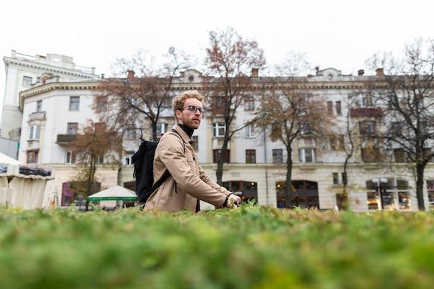 Przypadkowy Mężczyzna Jedzie Na Jego Skuter Na Zewnątrz Premium Zdjęcia