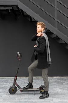 Przypadkowy Mężczyzna Jedzie Na Skuterze Elektrycznym Darmowe Zdjęcia