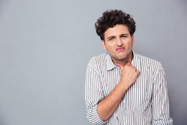 Przypadkowy mężczyzna o bólu szyi