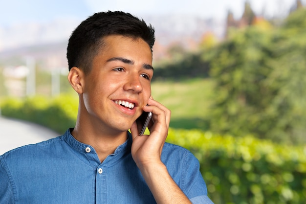 Przypadkowy mężczyzna rozmawia przez telefon