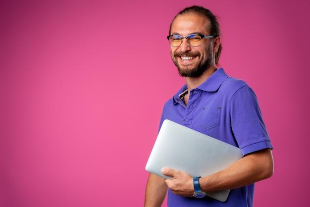 Przypadkowy mężczyzna stojący z laptopem w okularach