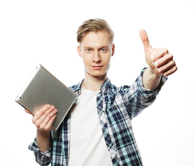 Przypadkowy mężczyzna z tabletem, który robi ok kciuki w górę ręki znak hand