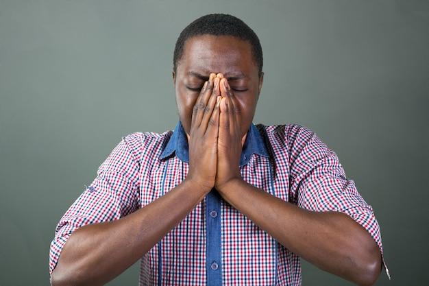 Przypadkowy młody afrykański mężczyzna