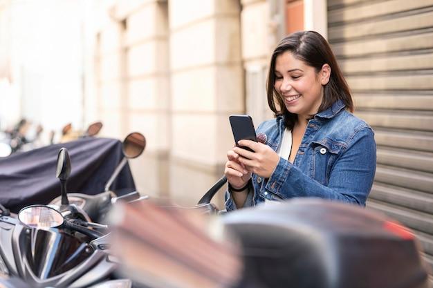 Przypadkowy nastolatek przegląda swój telefon