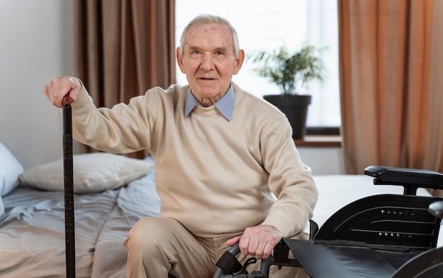 Przypadkowy starszy mężczyzna w domu