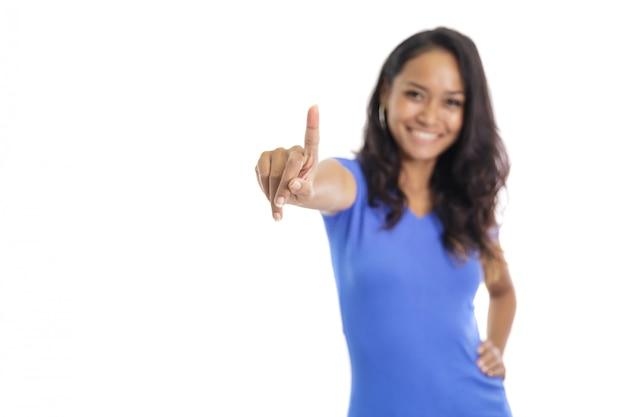 Przypadkowy student college'u uśmiecha się, udając jak dotykając sc