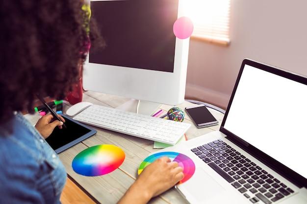 Przypadkowy żeński projektant pracuje z digitizer