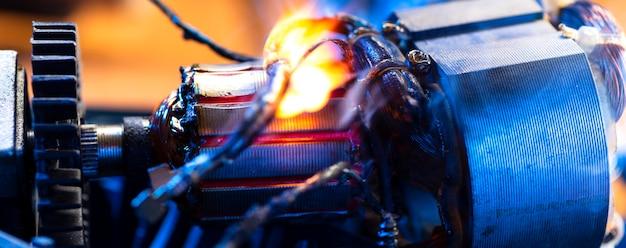 Przypalenie przewodów na częściach urządzenia elektrycznego w warsztacie naprawczym