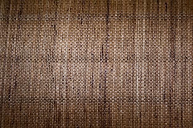 Przypominający brązową plecioną skórę z włókien roślinnych, brązowy dywan z plecionego włókna z włókien roślinnych