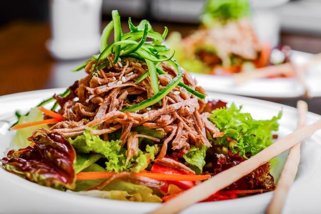 Przypraw meksykańską sałatkę z mięsem