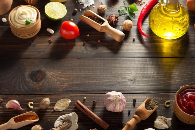 Przyprawa i zioło na drewnianej teksturze
