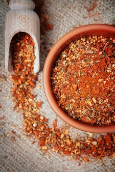 Przyprawiona kawałkami liścia laurowego, ziół, musztardy, pieprzu i kurkumy na płótnie