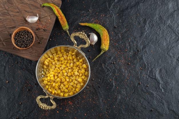 Przyprawy i miska nasion kukurydzy