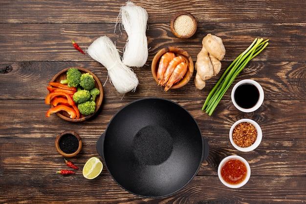 Przyprawy i pałeczki płasko ułożyć makaron z talerzem