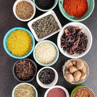 Przyprawy i zioła do gotowania pieprz sumak papryka rozmaryn goździki chmelisuneli i więcej świeżych