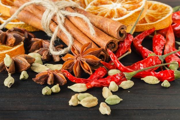 Przyprawy i zioła na starym stole w kuchni. składniki żywności i kuchni.