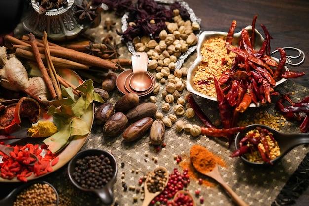 Przyprawy i zioła na starym stole w kuchni.