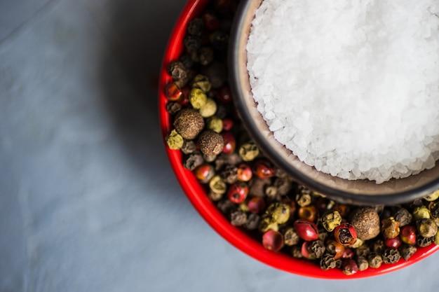 Przyprawy koncepcja z solą i pieprzem
