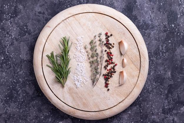 Przyprawy na okrągłej drewnianej desce do gotowania