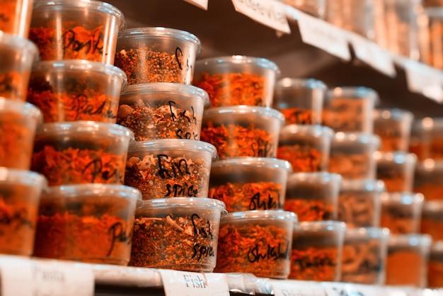 Przyprawy na półkach na sprzedaż w suku jerozolimskim