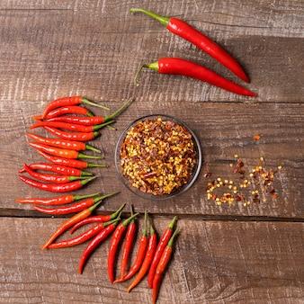 Przyprawy papryczki chili i świeże czerwone papryczki chili.